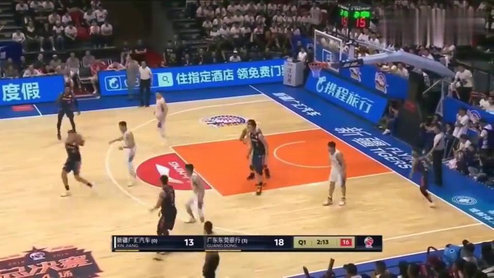 最年轻的总冠军球员广东队小将徐杰用勤奋的脚步跑出3分机会