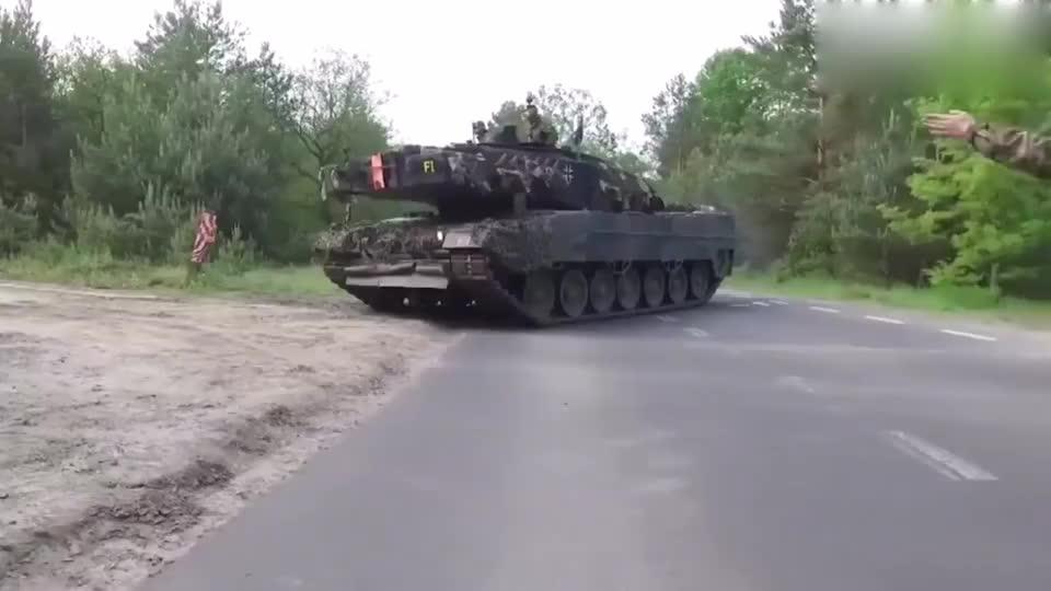 喂饱120mm滑膛炮豹2坦克装42发弹药是1个大体力活