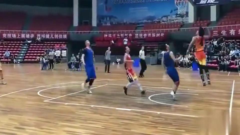 篮球场上惊险三级跳选手,裁判:麻烦请退出篮球场