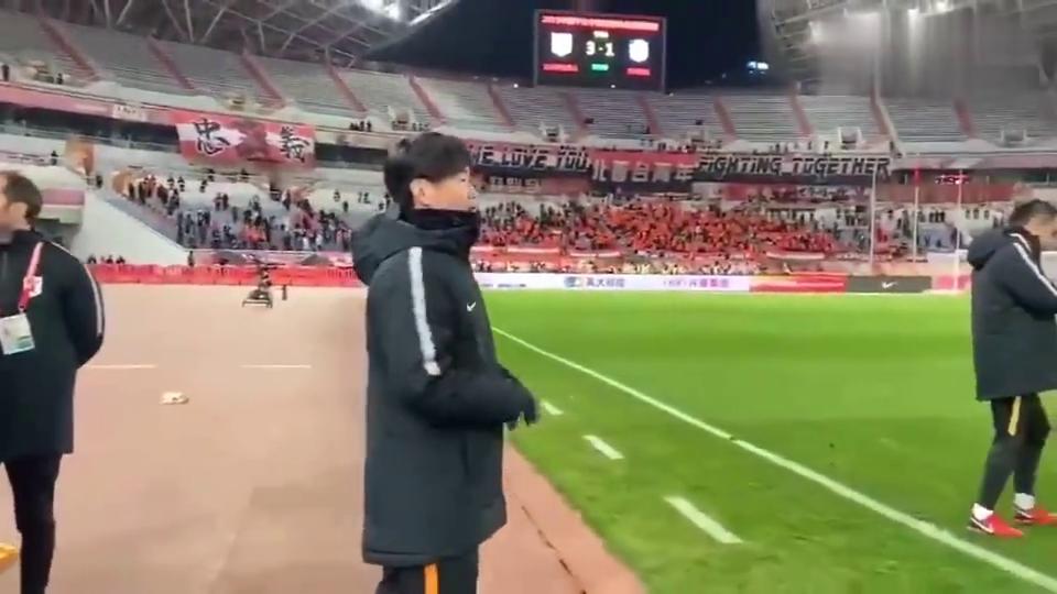 贴心的李指导!李霄鹏赛后喊教练组第一时间为队员们递上大衣!