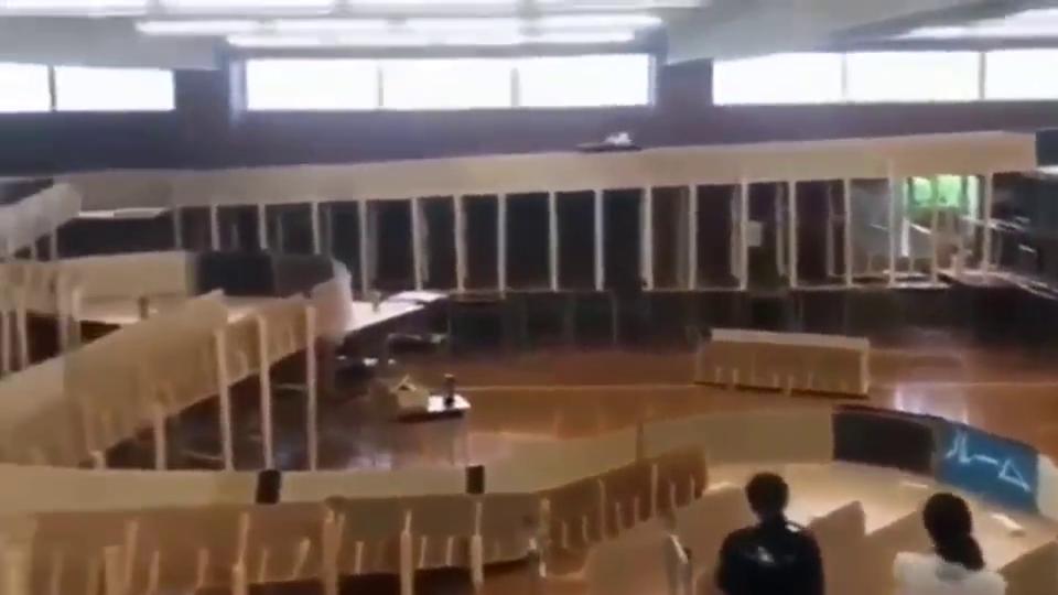 日本高中生在体育馆里自制过山车都是尖叫