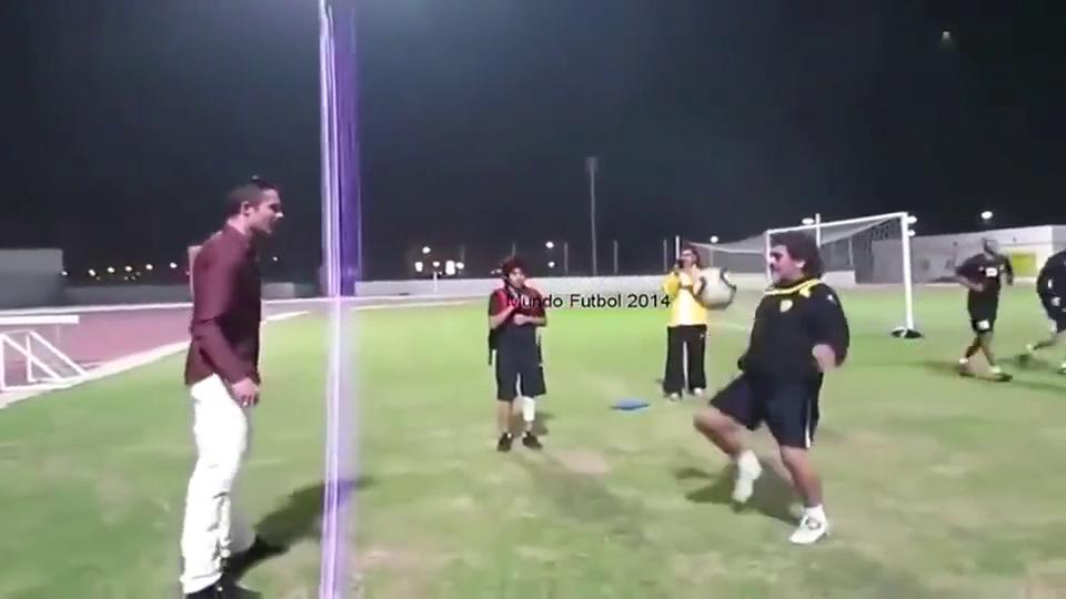 马拉多纳与范佩西的足球游戏,老马的停球简直精彩的不像话!