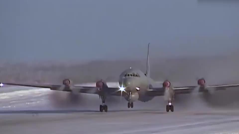拥有八个螺旋桨实拍俄军反潜巡逻机日常飞行