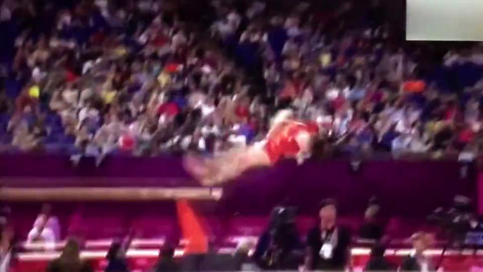 中国体操小花机智化解危机!姚金男摔倒后迅速补上舞蹈动作