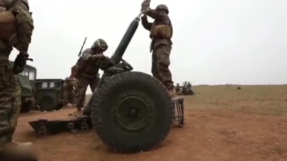 美军120毫米迫击炮实弹射击装弹手这是闹着玩