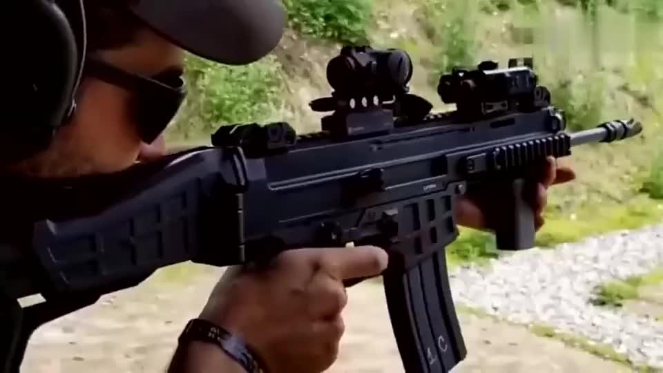 靶场实弹射击崭新的突击步枪性能可靠且后坐力小