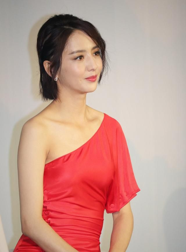 佟丽娅一袭红裙秀香肩锁骨 对镜优雅甜笑