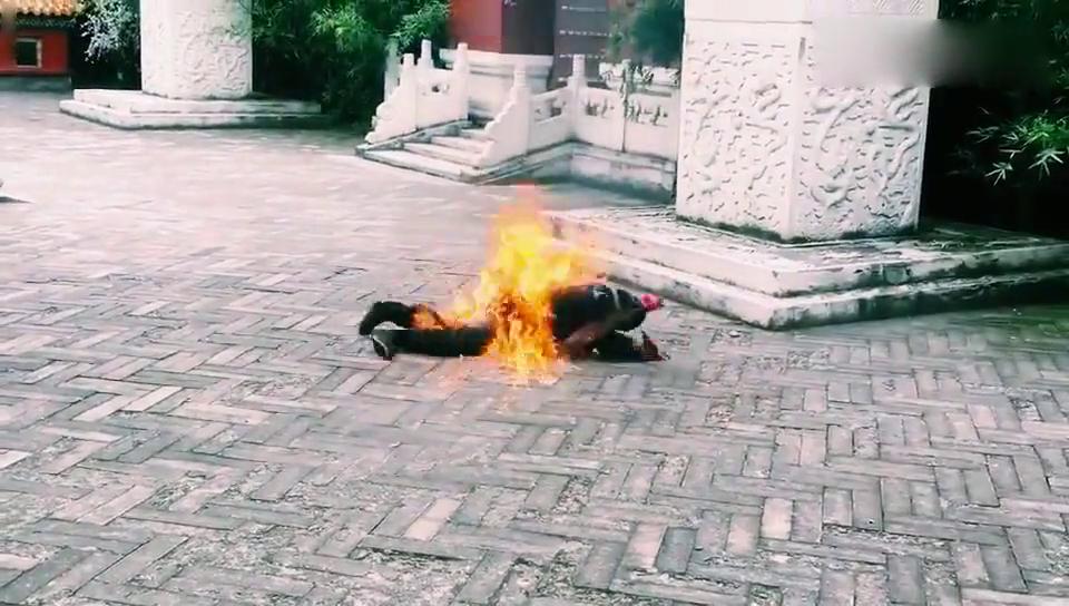 终于知道身上着火的戏是怎么拍的了,替身真的是不容易