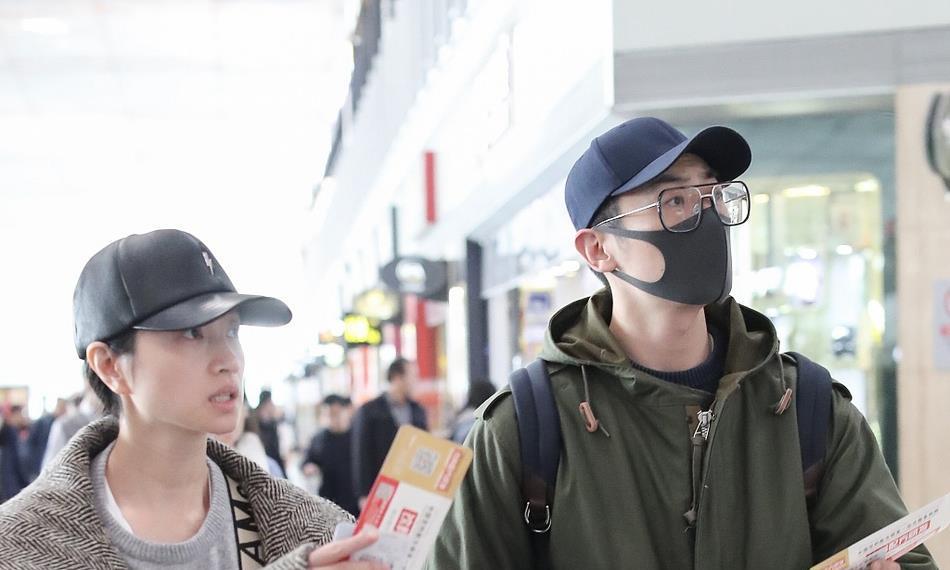 朱亚文夫妇牵手走机场太甜了,沈佳妮直接素颜现身颜值很高!