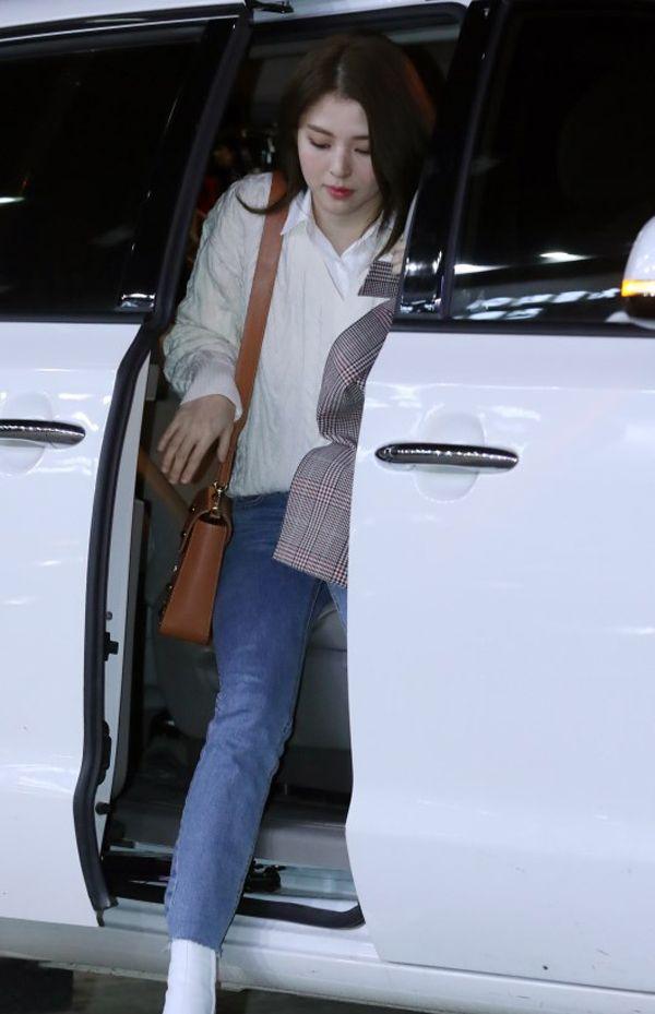 韩昭熙用清爽干净的白衬衫搭配牛仔裤,简约利落反而更加耐看