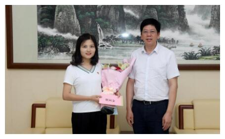 桂林医学院党委书记黄照权慰问优秀退役大学生黄东华