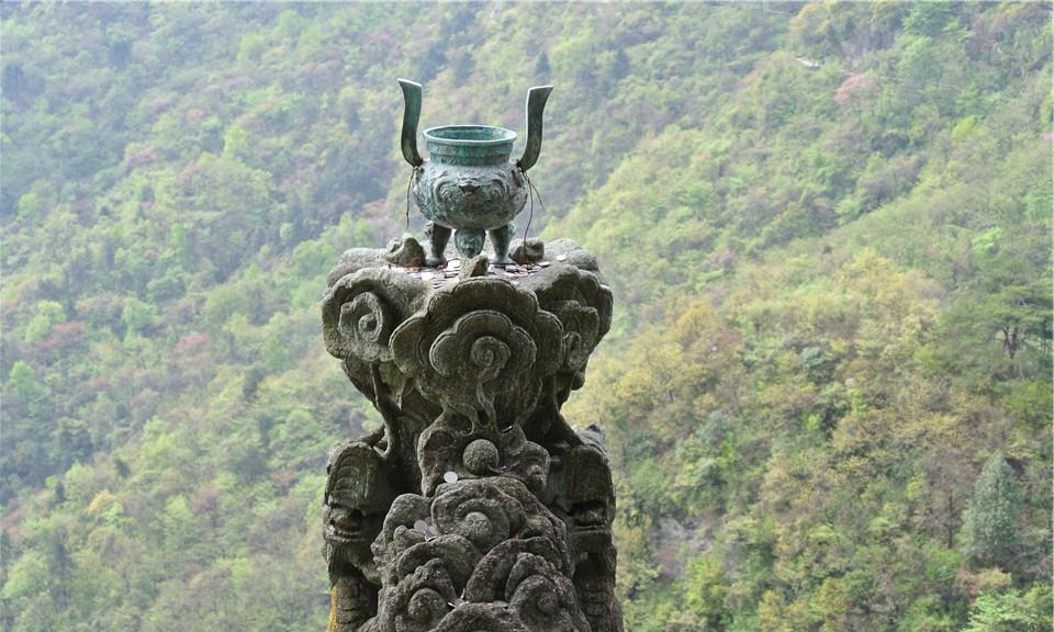 """湖南最牛""""峭壁飞人"""",专帮游客上""""龙头香"""",收入高达上万元!"""