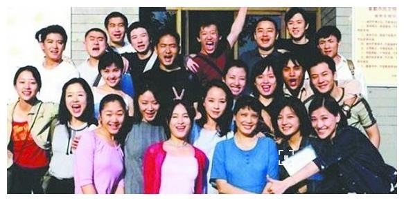 她是赵薇的班长,陈坤为她配角,因5个孩子死垃圾桶里永退娱乐圈