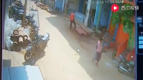 印尼男子正在干活双脚站在原地48秒让右下角的摩托车消失