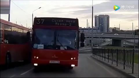大客车跟车太近,紧急左转真是把视频车吓的够呛