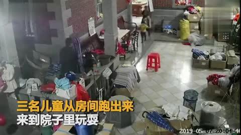 幼童玩耍时不慎坠井,爷爷紧随其后跳井救人