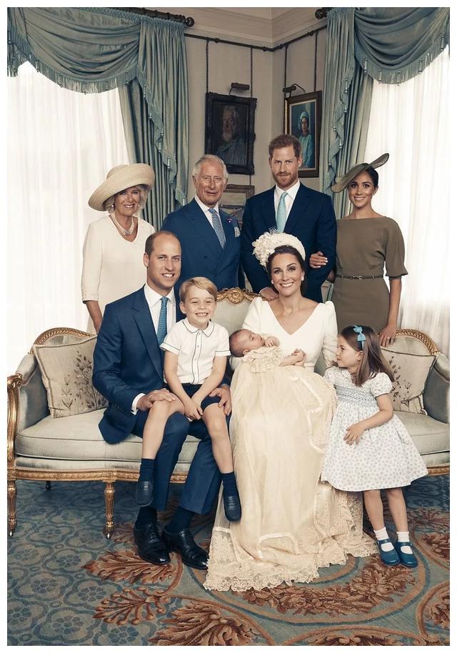 4岁夏洛特公主索要小马当礼物!遗传93岁女王爱好,长得越来越像