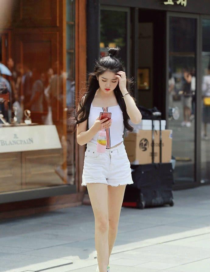 街拍:白色连衣裙+柳丁鞋的时尚美女,展现女性优雅迷人的魅力