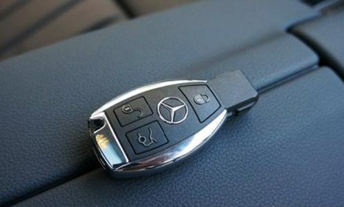出门在外,车钥匙锁车里了怎么办?老司机:不用砸车,这样做!