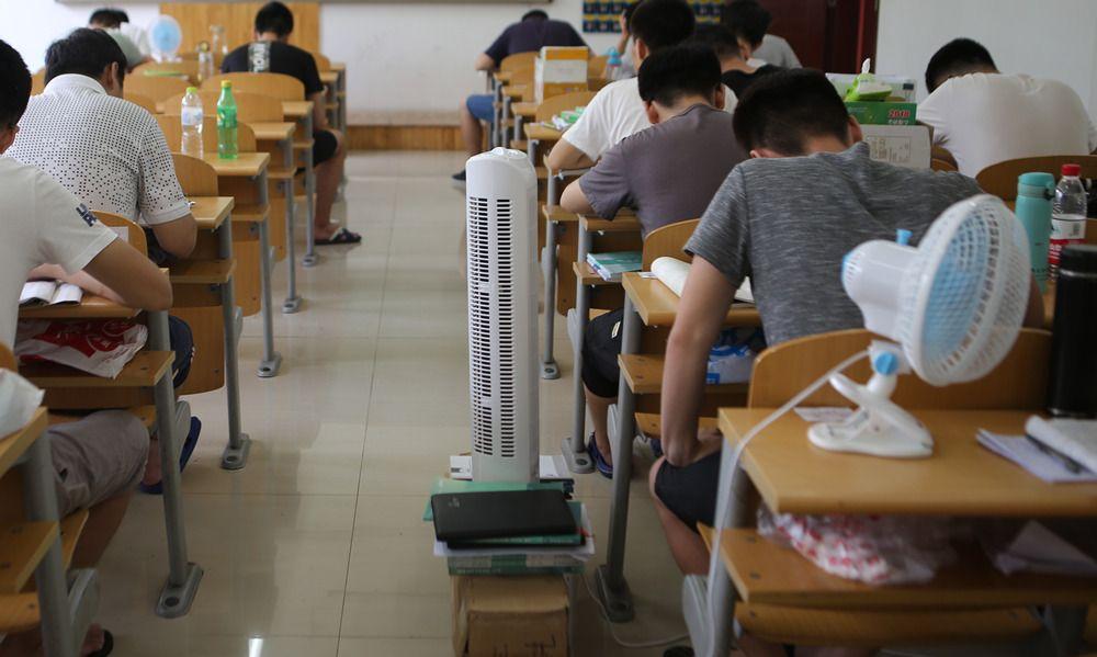 37℃高温来袭!坐在教室里如同蒸桑拿,看小姐姐们如何备战考研