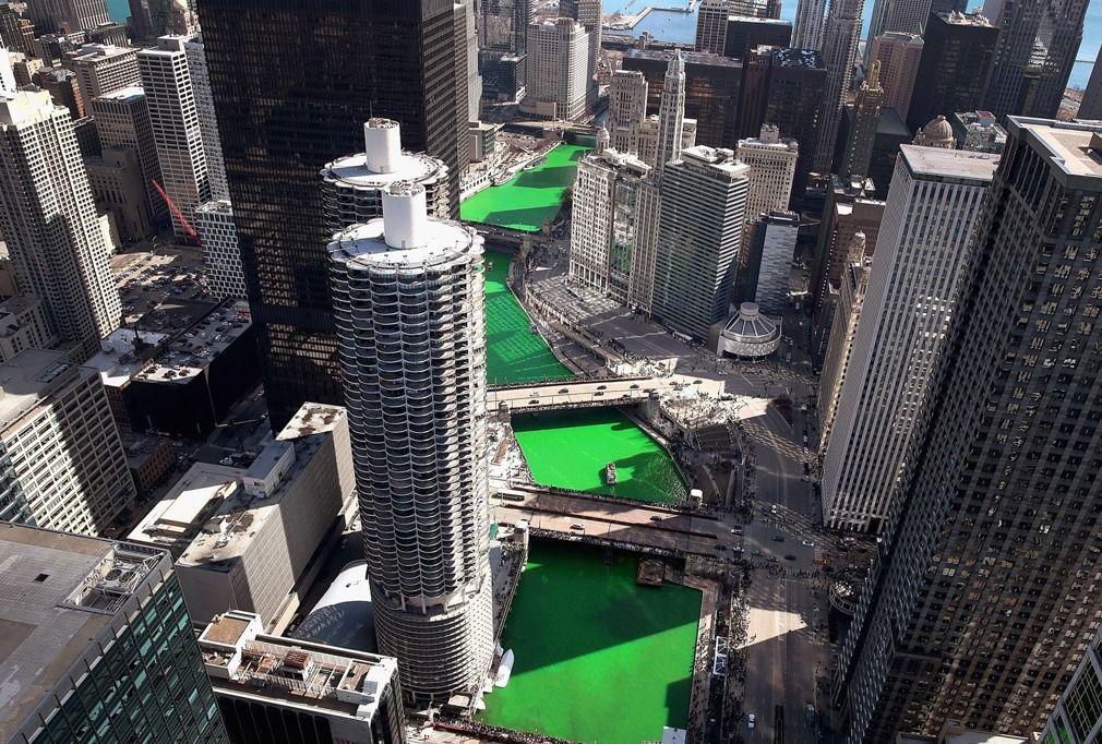 """美国芝加哥河被神秘染料""""染绿""""迎圣帕特里克节"""