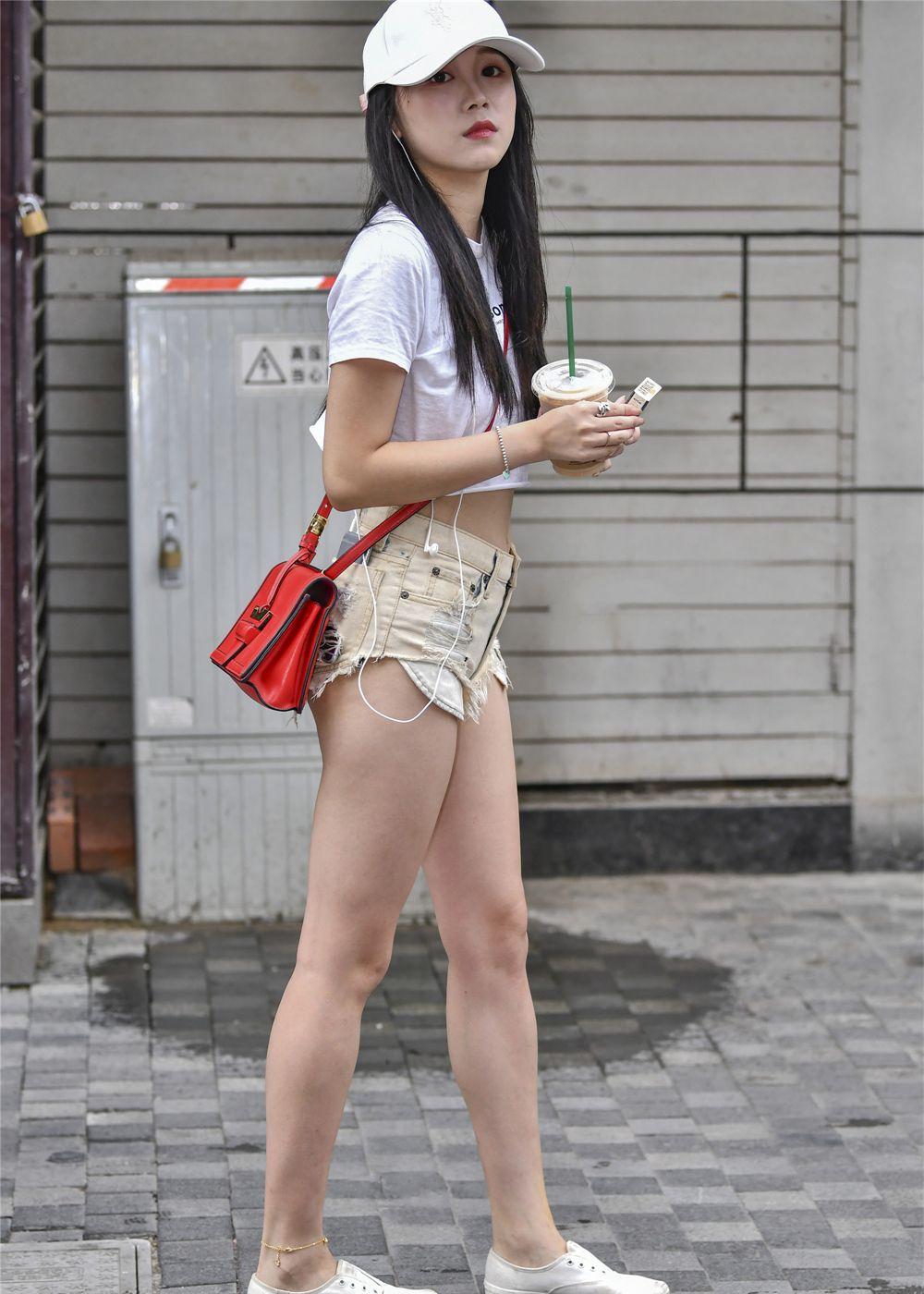 街拍:清纯美女穿着时尚,肌肤白皙,她的美颠覆了我的审美观!