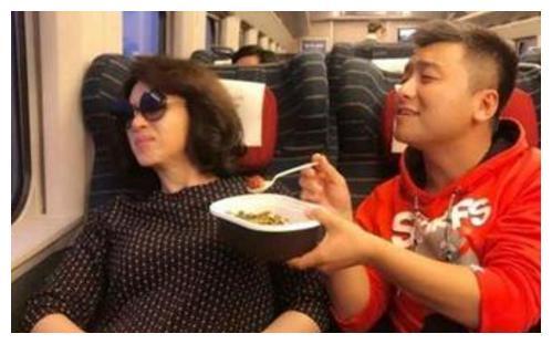 明星坐飞机:刘德华坐驾驶舱,金星尴尬,唯独黄渤和黄磊最真实