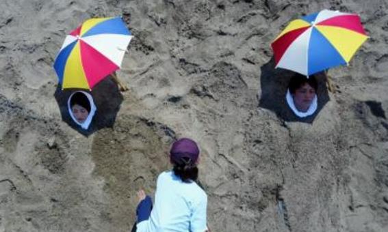 """日本""""叫花鸡""""疗法,人被埋在沙子中加热,一次需要几百元"""