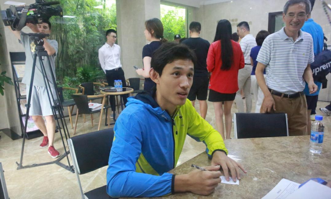 王燊超、奥斯卡与阿瑙托维奇三位上港球员前往慈善基金会奉献爱心