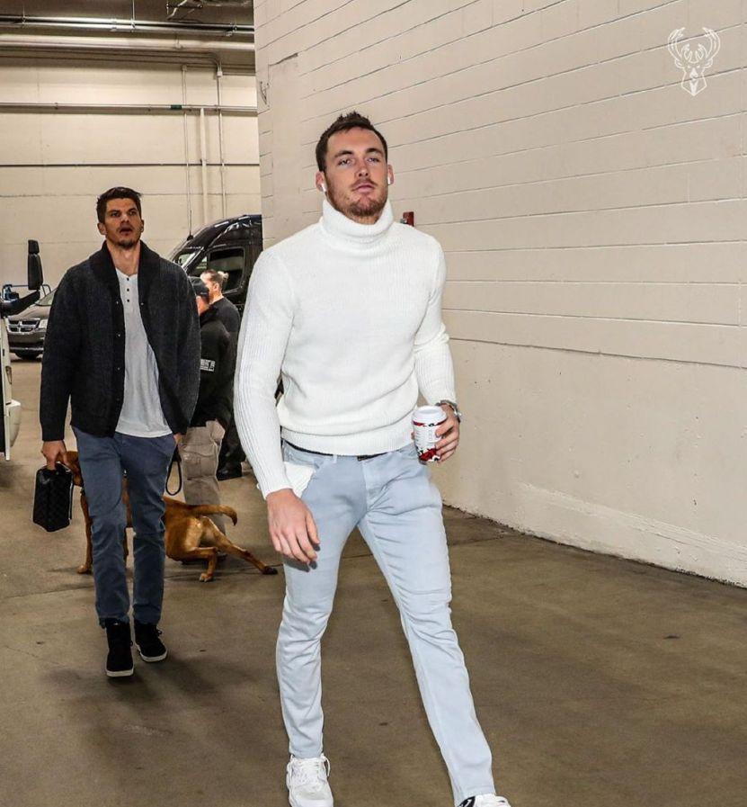 NBA雄鹿队男团入场,字母哥的矿泉水和别人不一样,得拿一桶