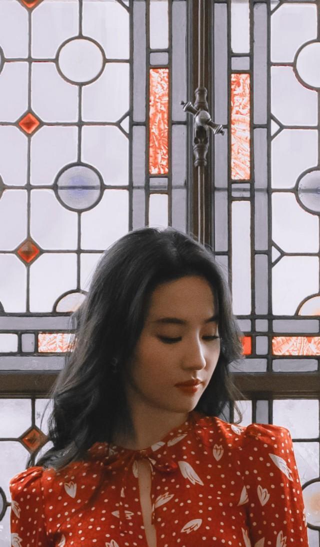 刘亦菲早前美照,一袭红色复古碎花长裙,温婉大方,名媛小姐范!