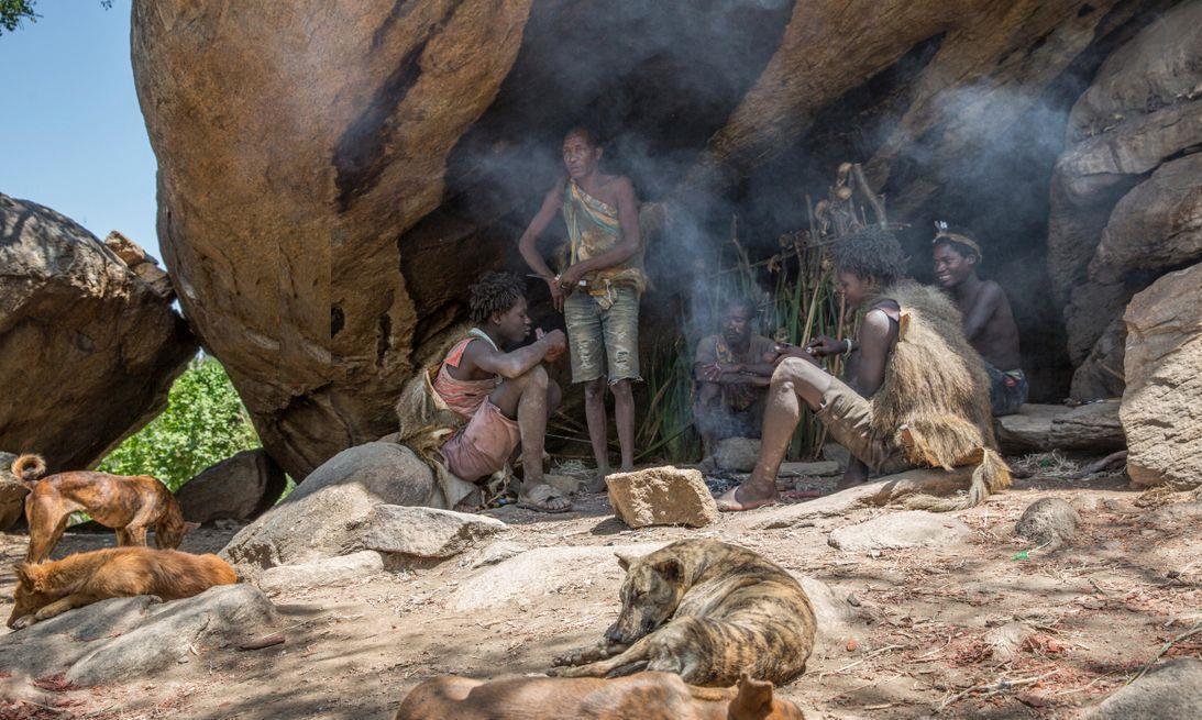 """全球唯一的""""哑巴部落"""",5万人丧失语言能力,喜欢生吃毒蛇"""