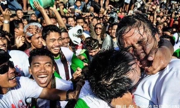 """巴厘岛疯狂""""亲吻节"""",无数美女被亲哭,网友:难道不是耍流氓?"""