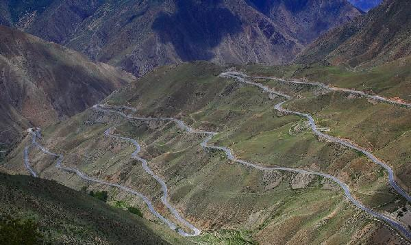 """去西藏的路上,一些很有""""艺术气息""""的另类指示牌是很直观的景色"""