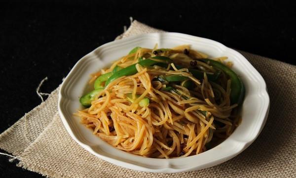 酸辣爽口的青椒土豆丝,春节家宴的一道快手小炒!