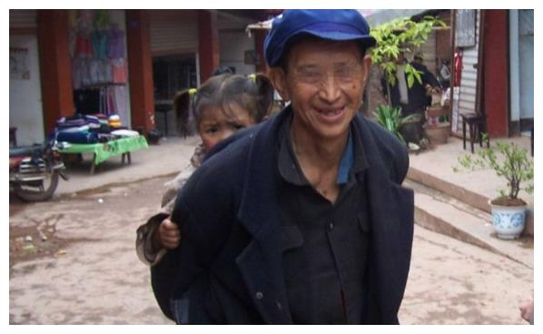 孤寡老人收养3岁女孩,20年后却与老汉断绝关系,村民:他活该!