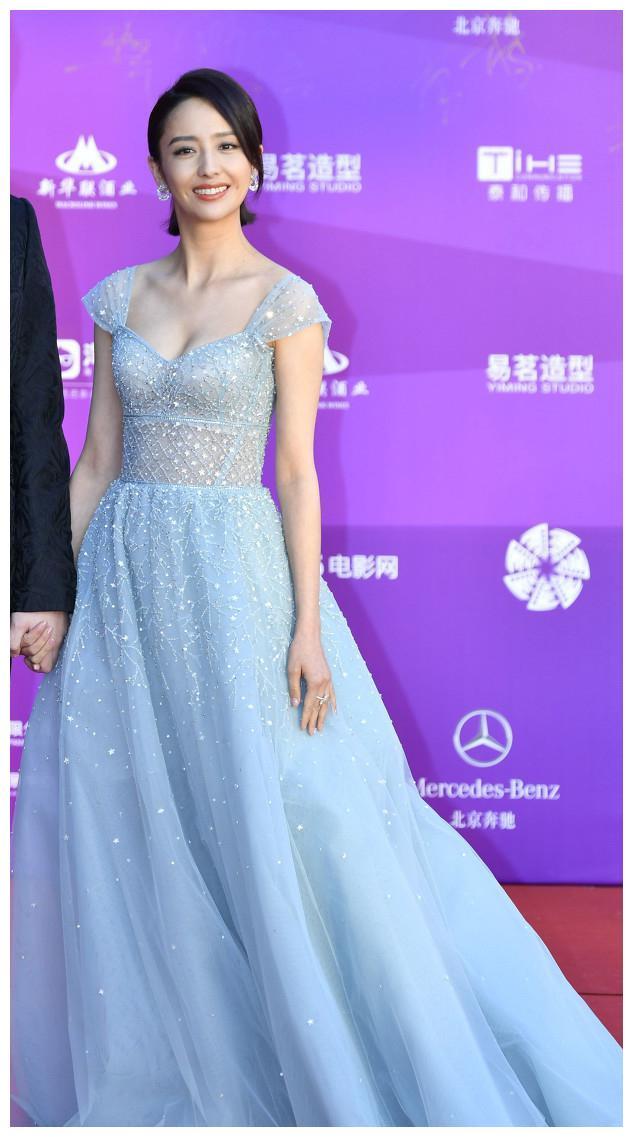 佟丽娅亮相北京国际电影节红毯。网友:这件裙子穿起来太抢镜了!
