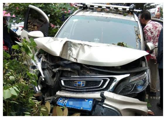 吉利远景因失控,撞倒旁边绿化带大树,车主:这车没有安全气囊吗