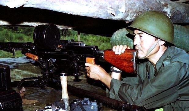 对越反击战老照片:图3敢死队战前留影,图9小战士中弹倒地!