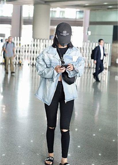 辛芷蕾街拍:牛仔夹克露脐装,破洞裤运动拖鞋Nike挎包酷炫硬朗