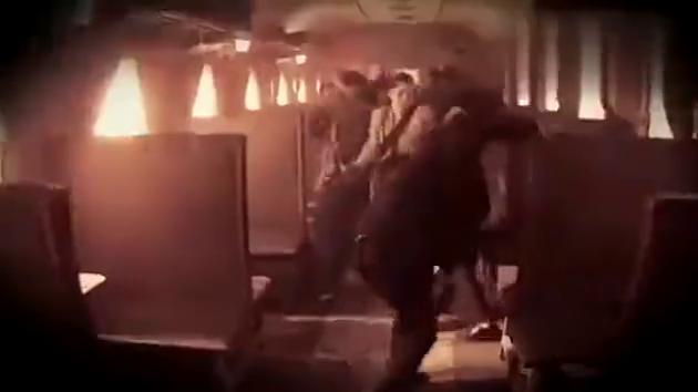 鬼子特务在车厢追赶女地下党大战,女地下党愤怒用机枪扫射死鬼子