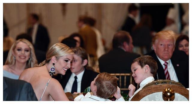 美国第一千金伊万卡狂晒娃,女儿和她儿时太像,坐特朗普怀里搞怪