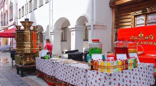 莫斯科街头小吃很多,厨具都是大块头,简单说就是家伙大菜量也大