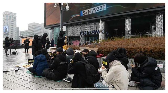 EXO粉丝SM公司门口拉横幅静坐 要求金钟大退出组合