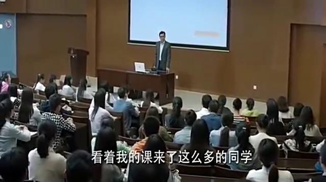 老师以为女孩上课没听讲,没想到女孩竟是学霸,一站起来老师错愕