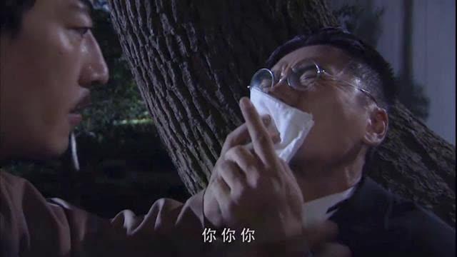 小伙眼看装日本人要露馅,兄弟打了他一拳,让他装病进了医院