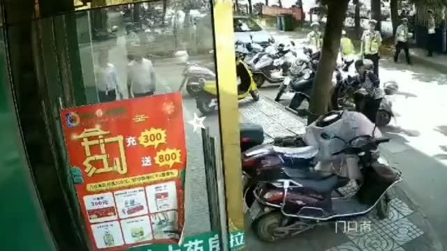 胆真大!男子无证驾驶被查,竟拿起砖头袭击警察