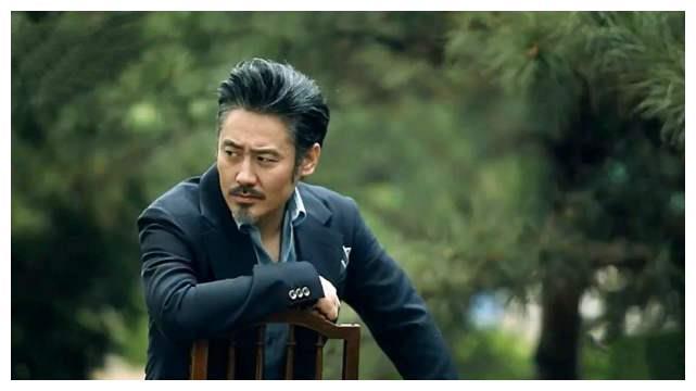 吴秀波参加酒局身后摆茅台,当场高歌表情十分陶醉