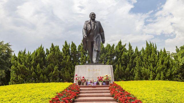 深圳依山傍海气候宜人,林木茂盛鸟语花香,时尚繁华的旅游城市