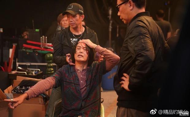 周润发在拍摄新片《骄阳岁月》时意外受伤,缝了五针回片场